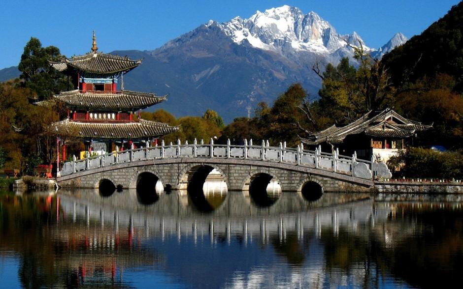 Parque del Estanque del Dragón Negro en Lijiang, província de Yunnan